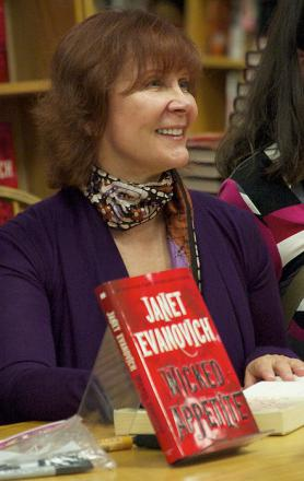 Picture of quotation author Janet Evanovich