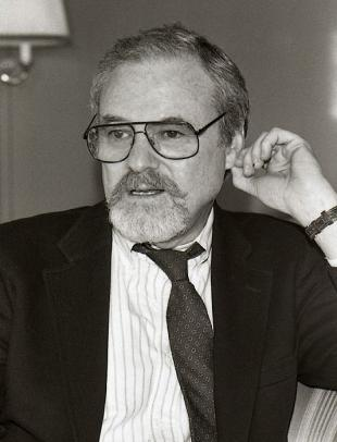 Picture of quotation author Alan J. Pakula